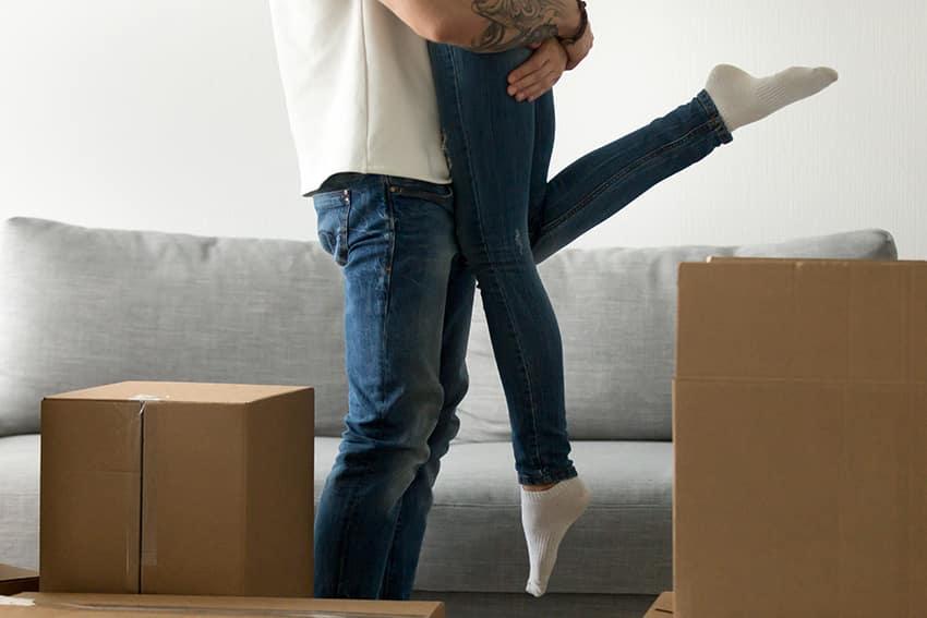 זוג רוקד בדירה שכורה