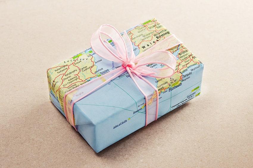 אריזת מתנה בציור של מפת העולם