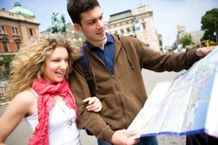 זוג צעיר מסתכל במפת טיולים