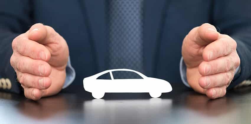 מבטח מגן על מכונית בידיו