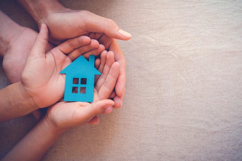 זוג אוחז בית כחול קטן