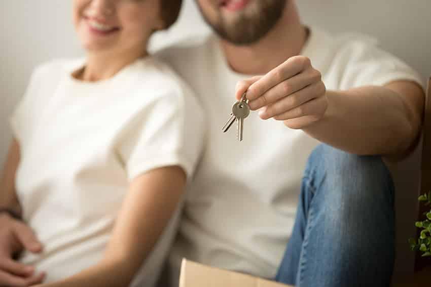 זוג בחולצות לבנו, גבר מחזיק מפתחות
