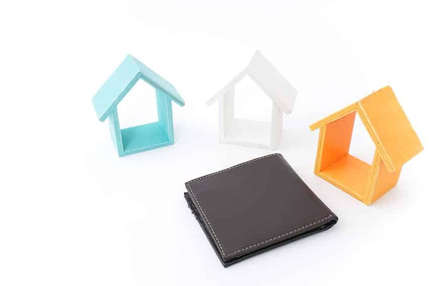שלושה מודלים של בתים צבעוניים