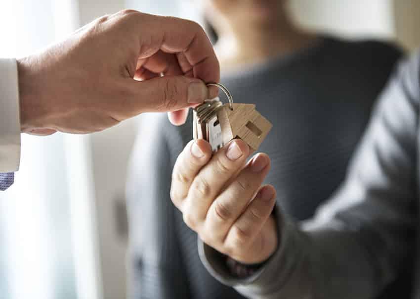 אדם מוסר מפתחות בית לאדם אחר