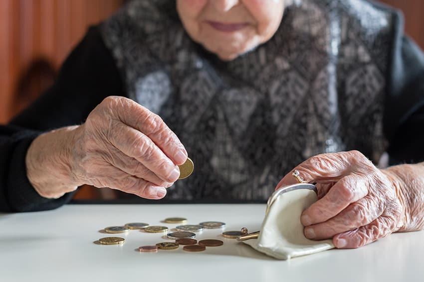 אשה מבוגרת סופרת כסף קטן